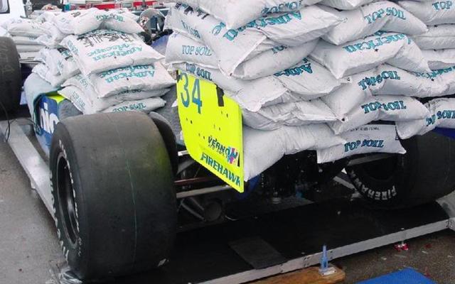 このレースカーに4,000ポンドの肥料が積み上げられている理由はここにあります