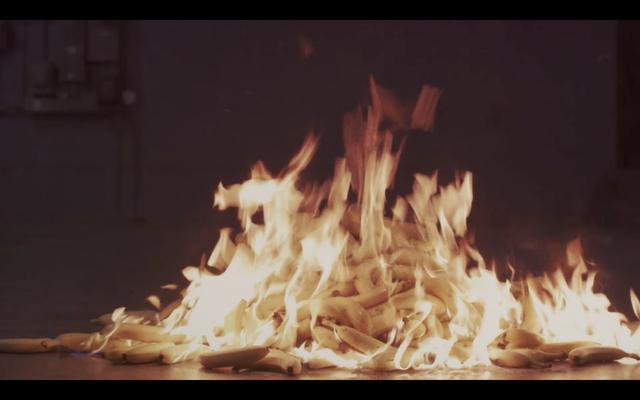 Voici toute la merde étrange que vous avez manquée dans le clip vidéo des garçons de Charli XCX