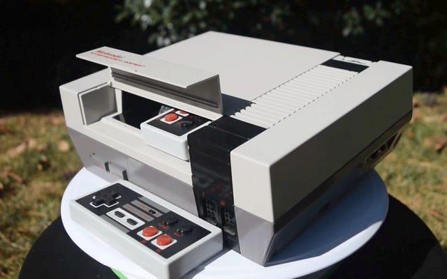 Ai đó đã nhồi một NES gốc với một NES nhỏ hơn và máy chiếu tích hợp riêng của nó