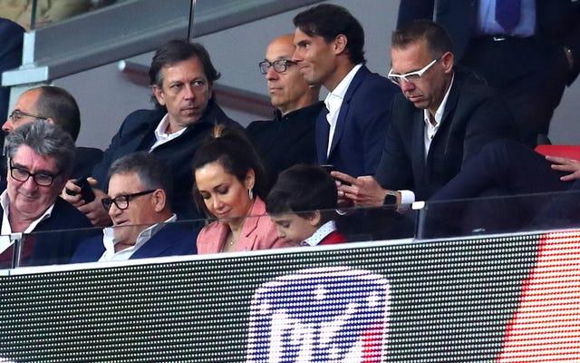 ラファエル・ナダルがライバルのサッカークラブを支援するためにたわごとをキャッチ