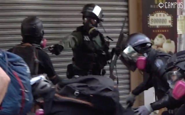 バイラルビデオは、香港の警察が胸の中で十代の抗議者を撃っているのを示しています