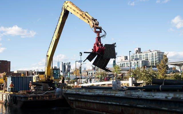 La barcaza de dragado llena de lodo se hunde en el increíblemente tóxico canal de Gowanus