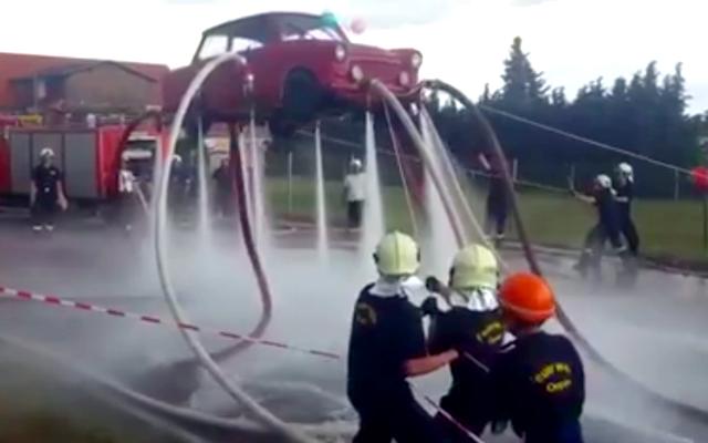 소방관은 물만 사용하여 차량 전체를 들어올립니다.