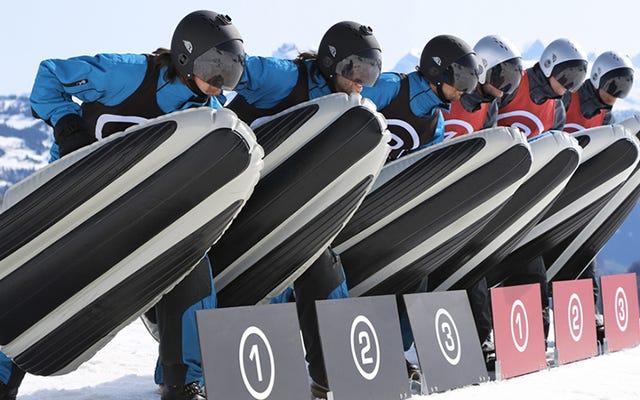 Les coureurs renforcés garantissent que ce traîneau gonflable peut survivre à un terrain glacial