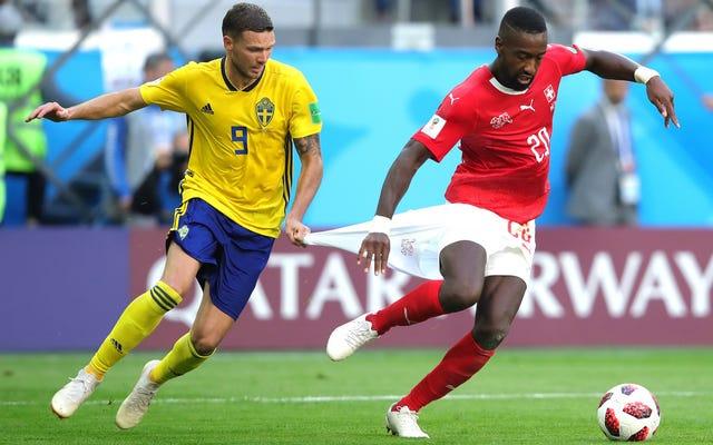 誰がボールを蹴るのが少ないかを争うスウェーデンエッジスイス