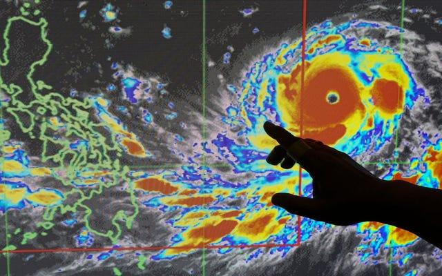 誰もがハリケーンフローレンスを見ていると、はるかに強力なスーパー台風が中国とフィリピンを襲うところです。