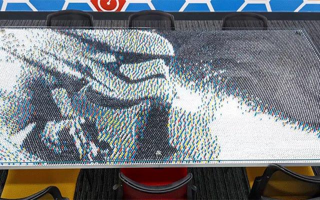 Wykonany z 28800 pinezek, ten stół konferencyjny Star Wars to arcydzieło zabijające palce