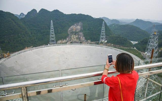 Il radiotelescopio più grande del mondo riceve così tanti turisti che può interferire con il suo funzionamento