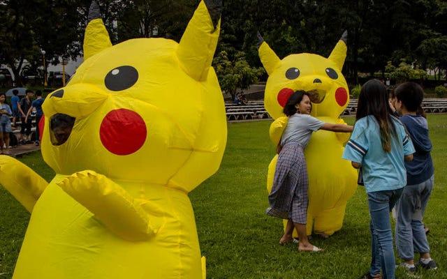 Người lớn giành giật hàng hóa Pokémon của McDonald từ trẻ em