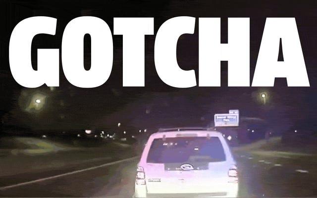 警官は「グラップラーバンパー」を使用して、車に体当たりしていたスピード違反のジャッカスを捕まえます