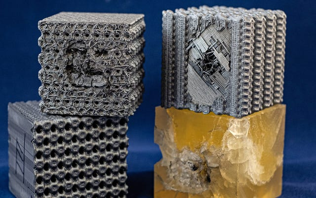 शोधकर्ताओं ने जटिल पैटर्न के साथ 3 डी-प्रिंटेड प्लास्टिक क्यूब्स जो उन्हें बुलेटप्रूफ बनाते हैं