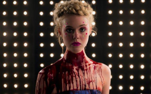 """Эль Фаннинг играет модель, способную совершить убийство в трейлере """"Неоновый демон"""""""