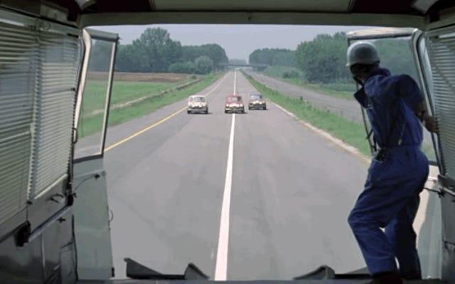 映画館で最も典型的な運転操作の1つを実行してみてください。トラックの中に埋め込まれてしまう