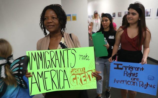 Alors que la Cour suprême ferme ses portes pour l'été, elle annonce qu'elle réexaminera les protections DACA pour les jeunes immigrants au prochain trimestre