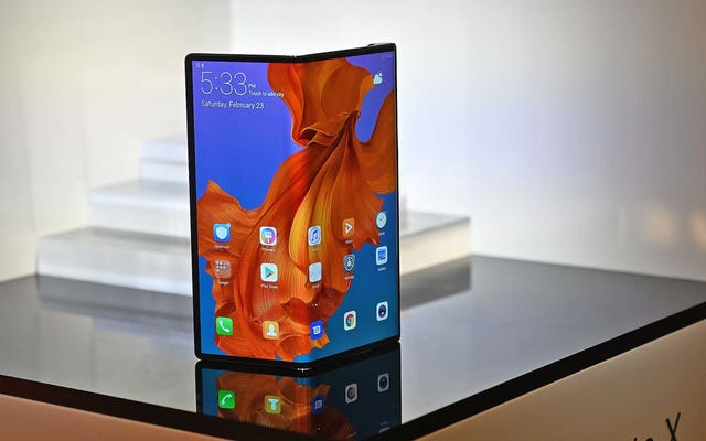 Huawei Mate X gập màn hình theo cách khác (và tốt hơn) so với Samsung Galaxy Fold