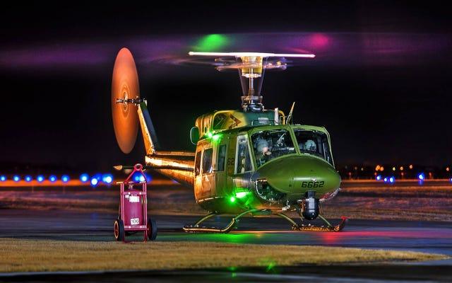 Cet USAF UH-1N Huey est peut-être vieux mais il a l'air futuriste baigné de lumière artificielle
