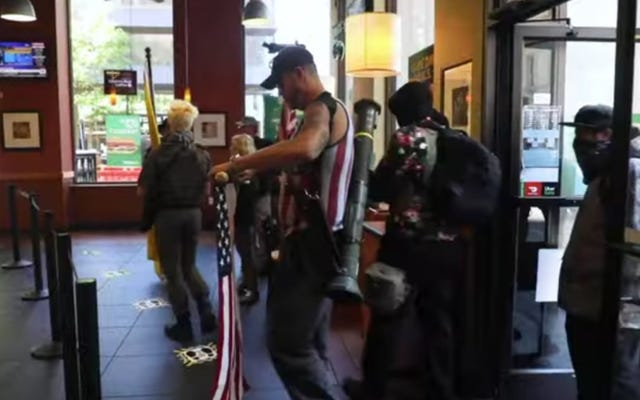 封鎖防止デモ隊が銃とロケットランチャーで武装したノースカロライナ州の地下鉄に入る