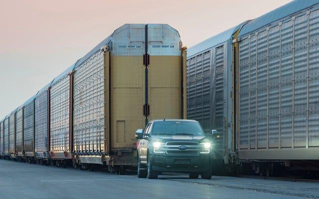 PRスタントの一環として電気フォードF-150プロトタイプが100万ポンドの列車を牽引するのを見る