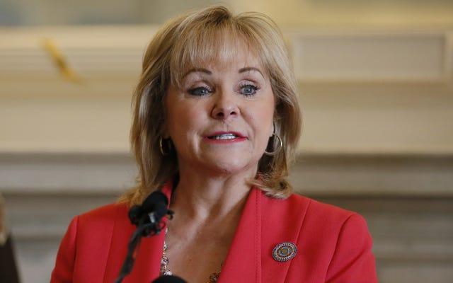 オクラホマ州知事メアリー・フォーリンが市民に州の石油産業のために祈るように頼む