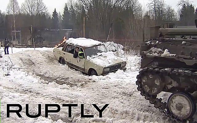 Russisches Infanterie-Kampffahrzeug schleppt Snowboarder durch den Schießstand