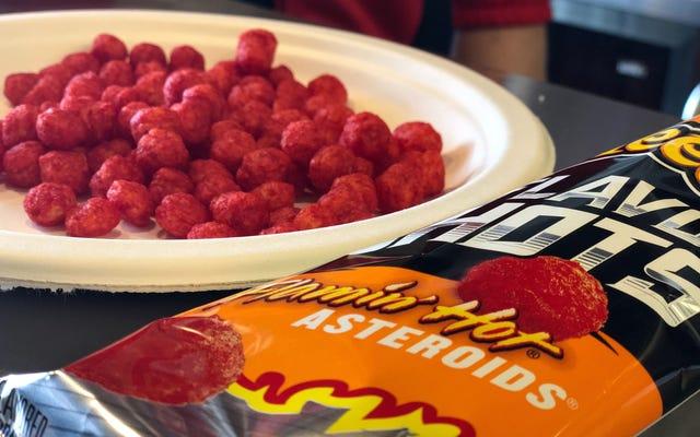 Czy Cheetos Flamin 'Hot Asteroids były warte 10 lat czekania?