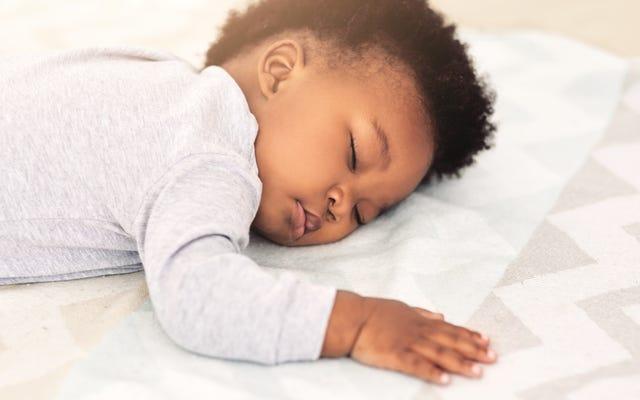 起きている間に赤ちゃんを寝かしつけます