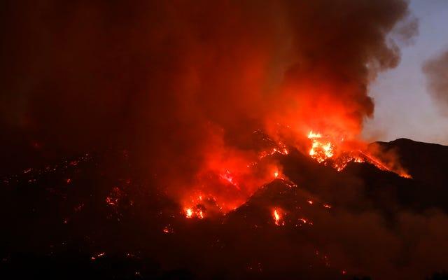 カリフォルニアの砂の火が広がり続けるにつれて、数千人が避難を余儀なくされた