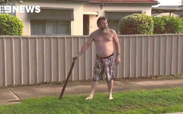 Un Australien à moitié nu utilise le didgeridoo pour éloigner les intrus, puis reconstitue la chose entière
