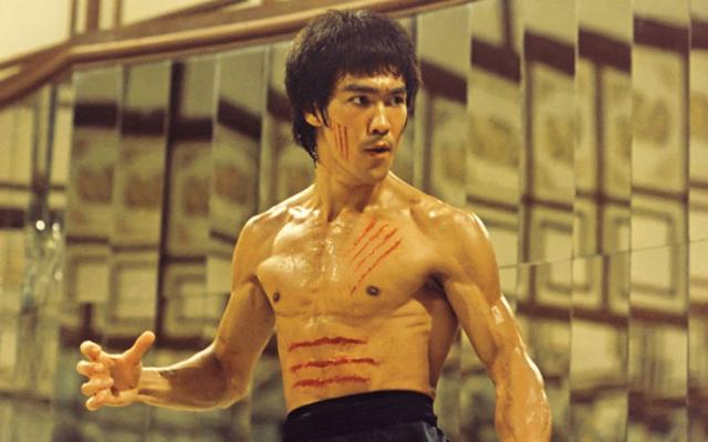 Bruce Lee usa os sabres de luz menos práticos de todos os tempos em vídeos de fãs