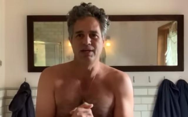 """Las celebridades desnudas piden a los votantes adultos que """"lean y sigan"""" las instrucciones de las boletas electorales por correo"""