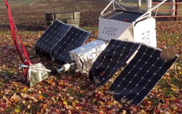 """Il satellite """"Space Selfie"""" di Samsung precipita dal cielo su Michigan Horse Farm"""