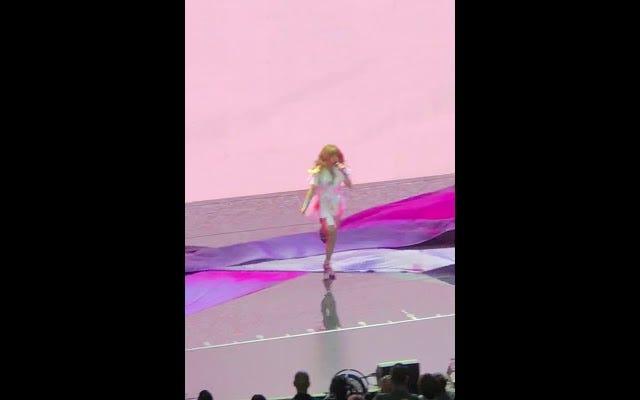 Ecco una clip di Paula Abdul che cade da un palco