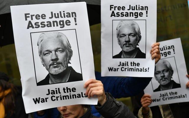 Julian Assange dit qu'il `` meurt lentement '' en prison pendant un appel téléphonique de la veille de Noël: rapport