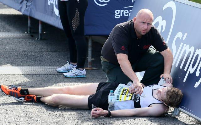 マラソンランナーが少し早すぎてフィニッシュラインを越えて思いやりを持って助けられるには