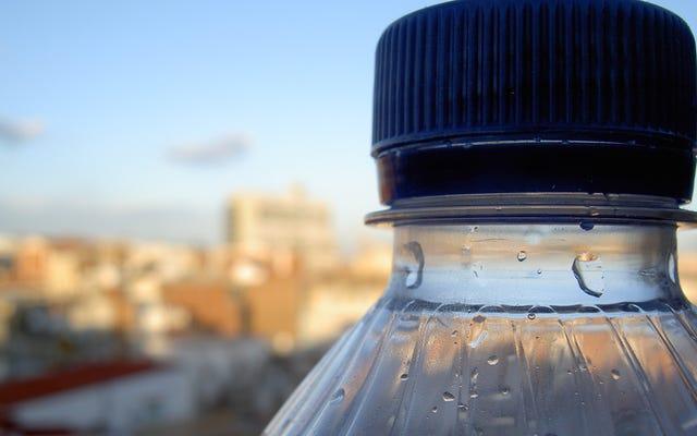 レポートでは、テストしたボトル入り飲料水の93%にマイクロプラスチックが含まれていますが、まだ漏れないでください