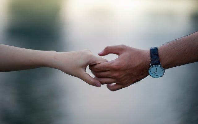 痛みを分かち合うことは本当です:彼らはカップルが彼らの手を結合することによって彼らの脳波を同期させることを発見します