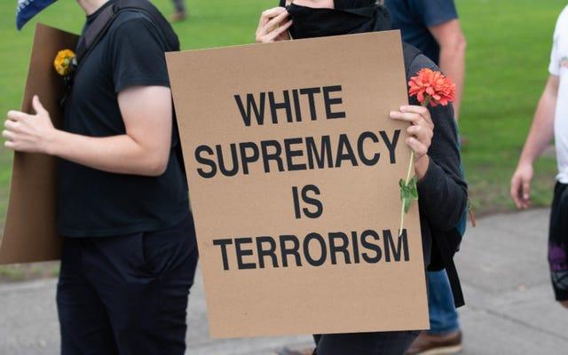 Supremacistas blancos acusados de intimidar a una familia de Michigan arrestados luego de una investigación del FBI