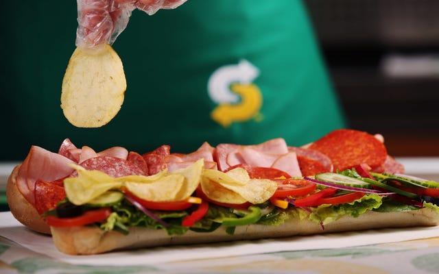 Subway UKは、サンドイッチの上、中、周りにポテトチップスを投げます