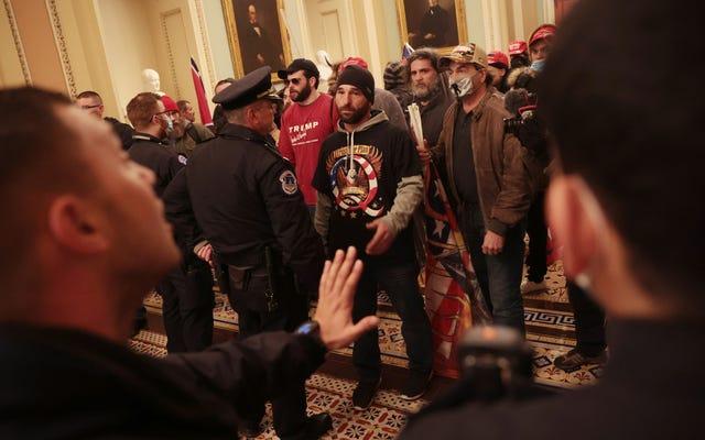 Nhân viên cảnh sát Capitol chụp ảnh tự sướng với người ủng hộ Trump đã bị đình chỉ
