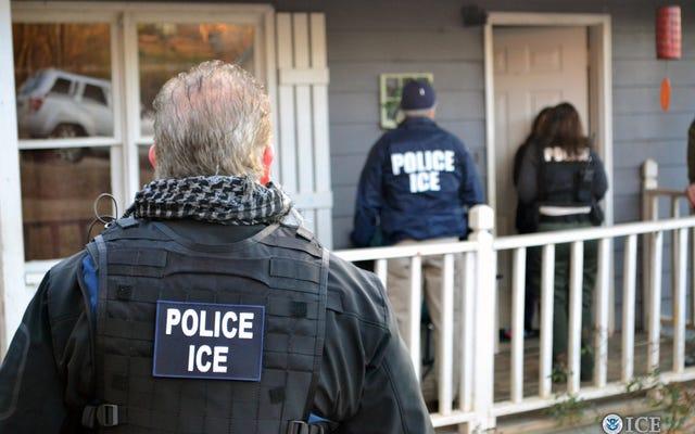 Pejabat Los Angeles Mendesak Agen ICE untuk Berhenti Mengidentifikasi Diri Mereka sebagai Polisi