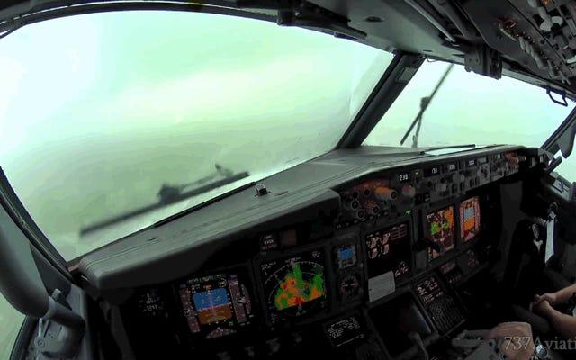 これは、着陸するボーイング737のコックピットから見た強力な嵐の様子です。