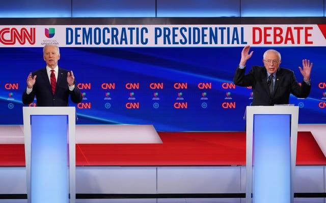 Hai ông già da trắng bước vào một căn phòng trống và một cuộc tranh luận tổng thống của đảng Dân chủ đã nổ ra