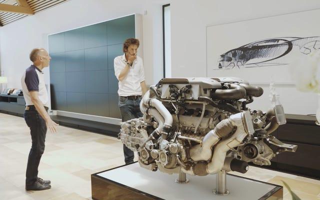 ブガッティシロンのエンジンだけでも約1,000ポンドの重さがあります