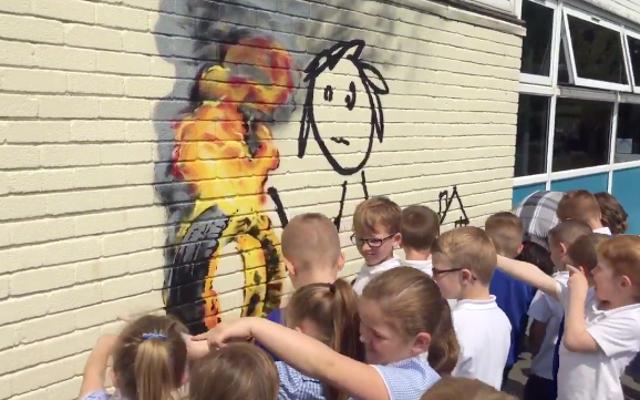 英国の学校はバンクシーにちなんで家に名前を付け、バンクシーは彼らに壁画を与える