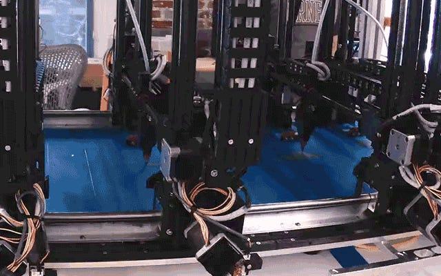 巨大なマルチヘッド3Dプリンターは、1回のパスで巨大なオブジェクトを作成できます