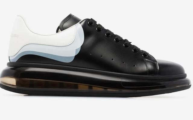 この靴は大丈夫ですか?アレクサンダーマックイーンの透明ソールの特大スニーカー