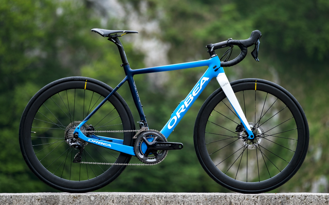 この電気自転車は11.3キロの重さがあり、2つのバッテリーを隠しています。