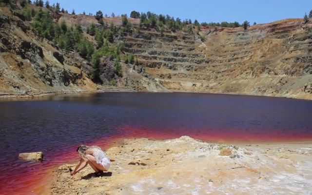 Travel Vloggerがスーツケースを発見、2年後、おそらく死体が含まれていることを発見