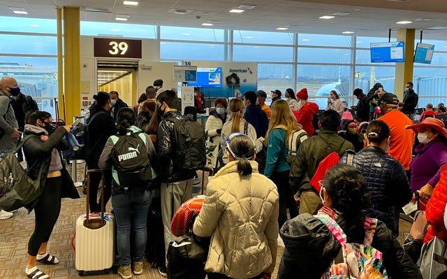 COVID-19クリスマスは何百万人ものアメリカ人が空港を群がらせるようにここにあります