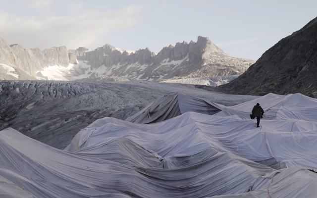 スイス人は氷河が溶けるのを防ぐために巨大な白いシートで氷河を覆っています